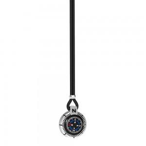 Collana in argento e kevlar nero con bussola su fondo nero.